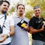 الزميل شهاب أحمد يتوسط اثنين من زملائه الصحفيين